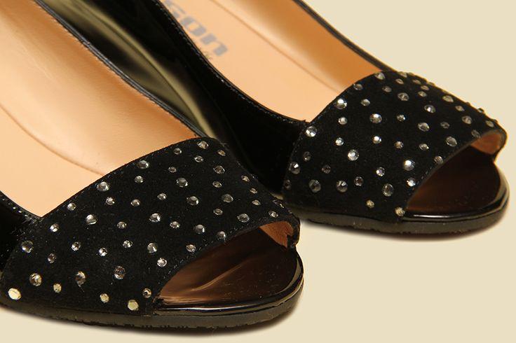 Open-toe pump in black patent leather with a ton-sur-ton rhinestone-studded band. - Décolleté spuntata in vernice nera, impreziosita da fascia tempestata di strass in tinta.
