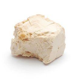fel csomag elesztot morzsoljunk ossze es melegitsuk fel tejben, hogy langyos pepszeru legyen, vigyuk fel az arcunkra es hagyjuk rajta 20-30 percig