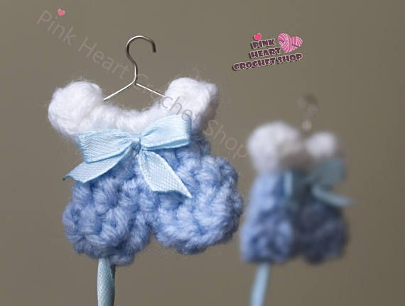 Baby Shower Favors (pops) Crochet. -unique and amazing Favors for your beautiful baby`s party. Available in this designs: -Rompers. -Dress. -Carrier. -Boots. -Sweater. -Hat. -1pc crochet baby shower favor(3$each). ***you can customize the design and the colors(if you