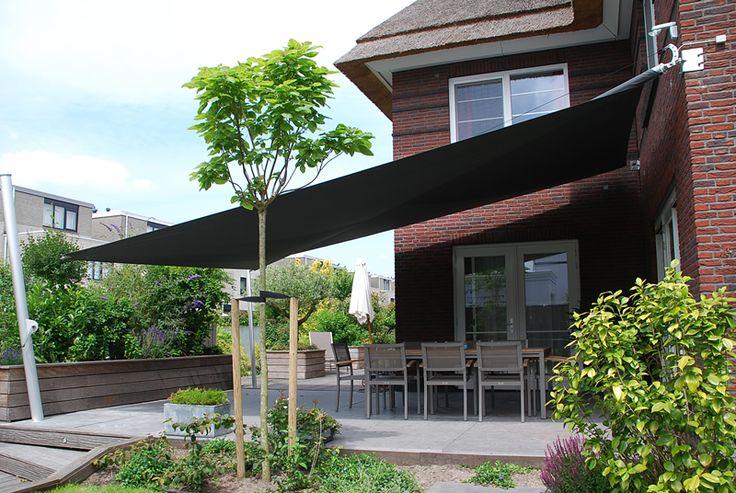 Oprolbaar zonnescherm geeft ook bescherming tegen de regen