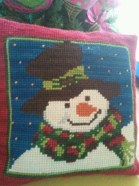 Cojin de punto cruz navidad. Esterilla y lana gruesa. ***http://www.pinterest.com/alejasolisc/***
