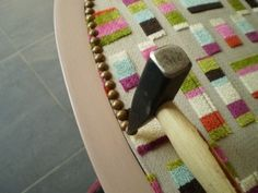 Ce sont juste des conseils et des photos sur MA méthode pour recouvrir (changer de tissu) mon voltaire. Je ne suis pas tapissière professionnelle. 1 le dé garnissage: Beaucoup de voltaires sont recouvert de tissu et de clous de tapissier. Il faut donc...