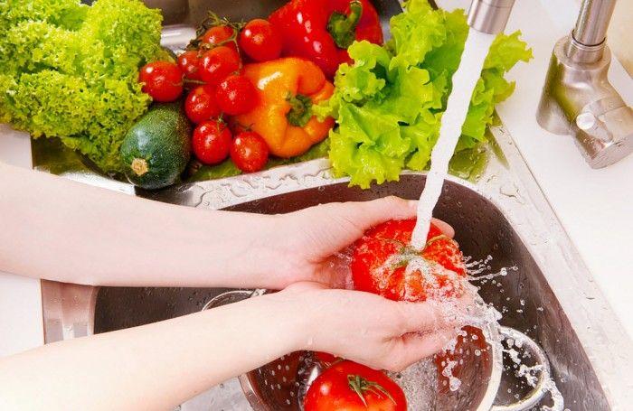 Sayur dan Buah memang sehat, namun sebelum di konsumsi ada baiknya kedua makanan ini dibersihkan hingga bersih. Banyak cara untuk membersihkan buah dan sayur dari pestisida yang menempel.  http://herosupermarket.co.id/tips/tips-membersihkan-sayur-dan-buah-agar-bebas-dari-bakteri/