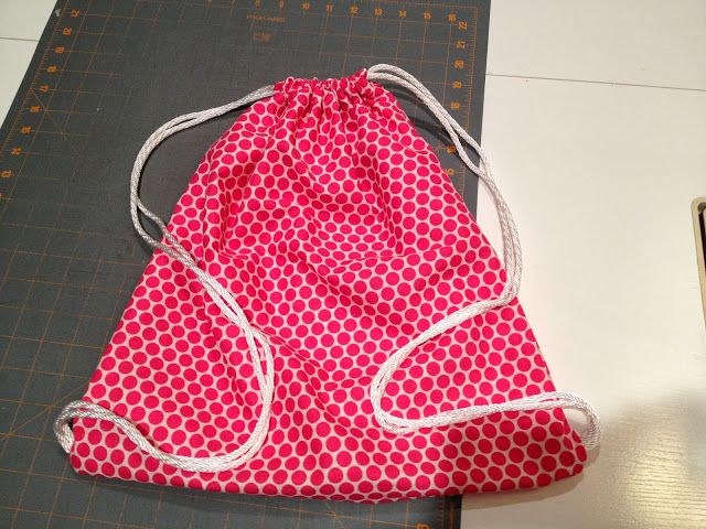 Cats On The Homestead: Drawstring Backpack - Super Easy http://catsonthehomestead.blogspot.com/2013/09/drawstring-backpack-super-easy.html