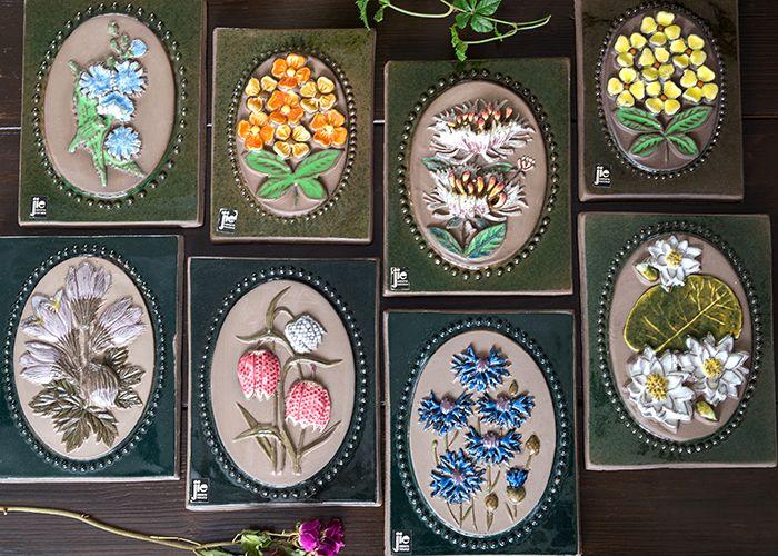 ジィ・ガントフタ/Jie Gantofta 陶板画(S) ラップランドの百合 こちらのシリーズは、スウェーデンの各地方の県花をモチーフに作られたもので、 全て集めると、20種類を超えるコレクションになります。