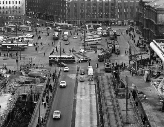 Makkarataloa_ja_Kaivokadun_alikulkua_rakennetaan_v1966_Hgin_kaupunginmuseo_Saarinen