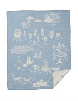Den söta Little bear barnfilten är designad av Edholm Ullenius för det svenska varumärket Klippans Yllefabrik. Filten är tillverkad i mjuk bomull och har ett härligt mönster med en mix av djur och natur. Filten passar utmärkt att ge bort som present till de allra minsta och kan användas för både spjälsäng och barnvagn eller som en fin detalj för barnrummet. Välj bland olika färger.