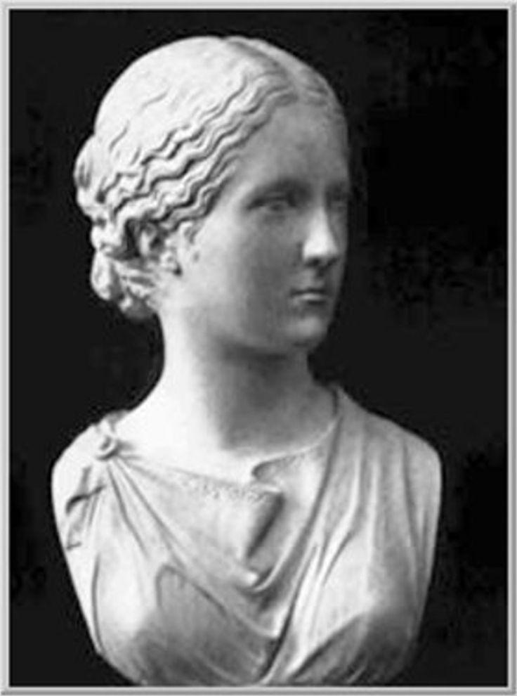 DIOTIMA DE MANTINEA: personaje que juega un papel muy importante en El Banquete de Platón. Sus ideas son el origen del concepto de amor platónico. A pesar de todo, no desdeña el papel de la belleza.Si hemos de confiar en lo que nos dicen varios autores, habría correspondido a un personaje real.