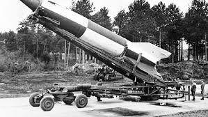 Im hermetisch abgeschlossenen Norden der Insel Usedom entstand ab 1936 ein militärisches Großforschungsprojekt zum Bau raketenbetriebener Bomben. Rund 13.000 Ingenieure, Techniker und Militärangehörige arbeiteten nach Angaben des Museums Peenemünde bis 1945 in der NS-Heeresversuchsanstalt an der Entwicklung der V2-Waffe. WERBUNG