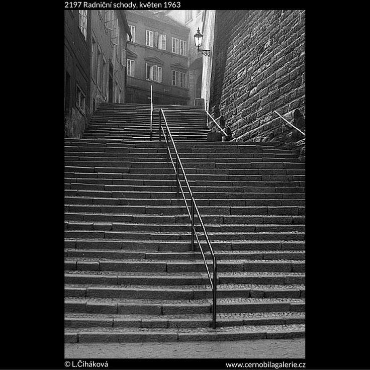 Radniční schody (2197) • Praha, květen 1963 • | černobílá fotografie, Radnické schody, Hradčany, schodiště, zábradlí, lampa, lucerna |•|black and white photograph, Prague|