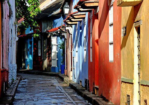 Colorful street in Cartagena de Indias | Colombia (by Zé Eduardo…)