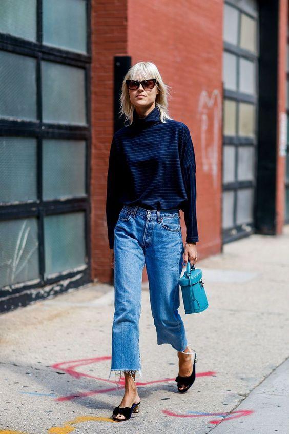 Blusa azul gola rolê, calça cropped, salto gatinho, sandália