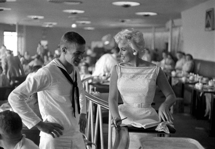 Marilyn Monroe junto a un admirador en el aeropuerto