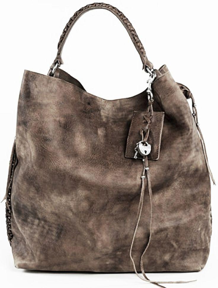Diese Tasche sieht so weich aus! Tolle Farbe, toller Style. Einzelner Henkel, geflochten und Taschenbaumler runden den Boho Look ab.