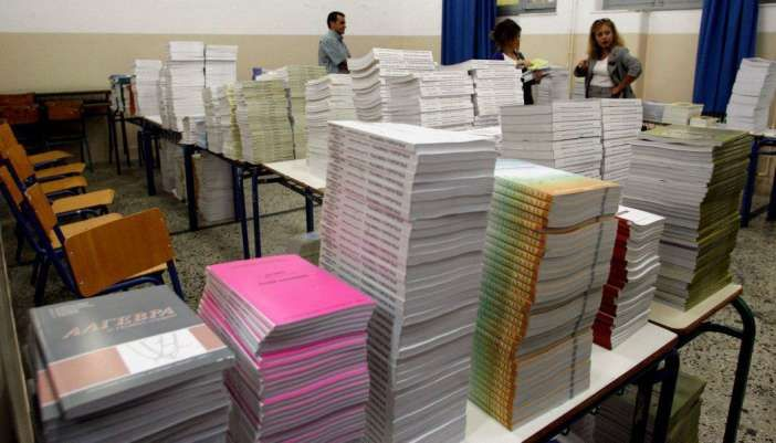 Αλλάζουν τα σχολικά βιβλία και μειώνεται η ύλη τη νέα σχολική χρονιά     Από τη νέα σχολική χρονιά αναμορφώνονται τα σχολικά βιβλία και μειώνεται η ύλη  Ο πρόεδρος της Επιτροπής Μορφωτικών Υποθέσεων της Βουλής Κ. Γαβρόγλου κατέθεσε την πρόταση των 100 σελίδων για την Πρωτοβάθμια και τη Δευτεροβάθμια Εκπαίδευση.  Στην έκθεση αναλύονται τα προβλήματα και προτείνονται συγκεκριμένες λύσεις συνοδευόμενες με χρονοδιάγραμμα που ξεκινάει από τον Ιούνιο του 2016 και φτάνει σε ορισμένες περιπτώσεις…