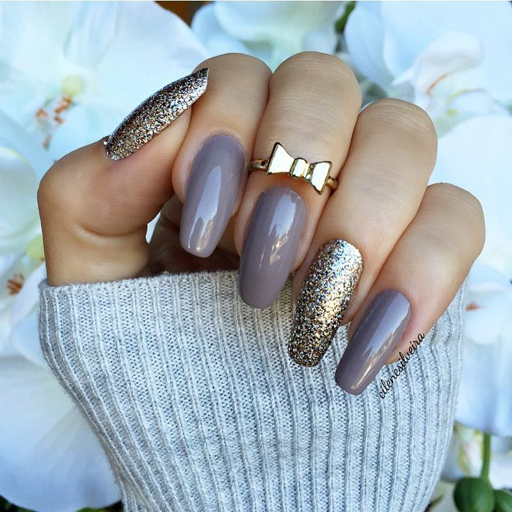 grey nails with glitter accent nails - neutral but glam @cilenesilveira + a gold knuckle ring