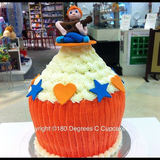 #edsheeran #giantcupcake #cupcakes #180ccupcakes #playthatfunkymusicwhiteboy