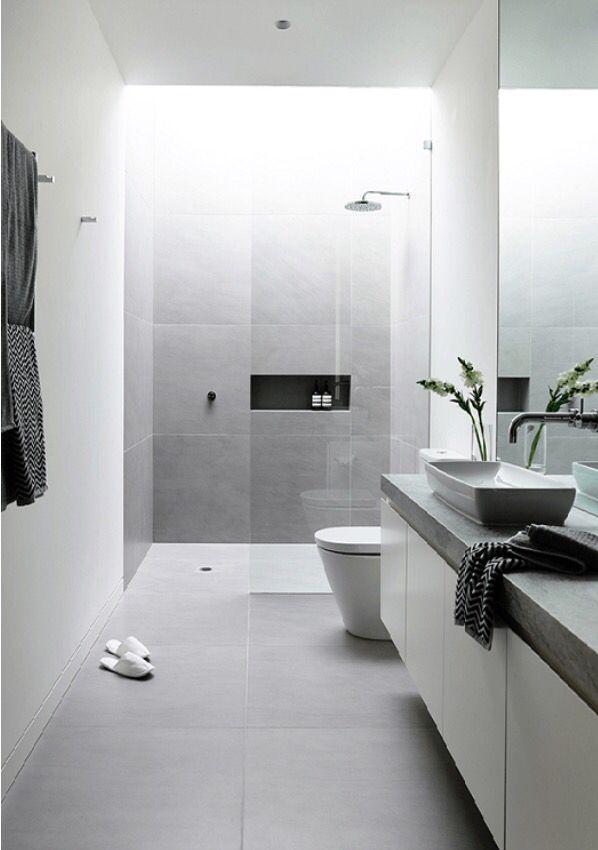 Stijlvolle inloopdouche en grote tegels....   Gevonden bij http://www.badenbaden.nl