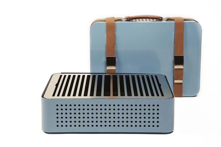 arbecue rétro portable à charbon de bois. Structure en acier inoxydable recouvert de peinture inifugée. Poignée cuire et métal, sangles en tissus. Design MermeladaEstudio. ©RS Barcelona