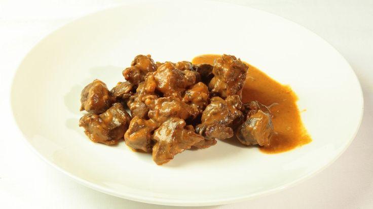 Ricetta Capriolo alla valdostana: Mondate una manciata di prezzemolo e tritatelo finemente insieme con uno spicchio d'aglio, la cipolla, la carota e il sedano.  Tagliate a pezzi il capriolo, lavatelo, asciugatelo e ponetelo in una terrina. Unire il trito preparato, due foglie...