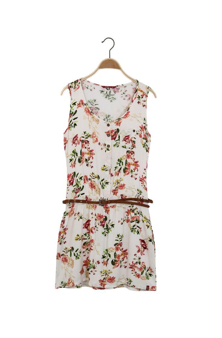 Vestido corto, cuello redondo, con media perilla de botones, manga sisa. Estampado floral. Enresortado en la cintura. Incluye correa delgada con taches. Composición Prenda: 100% Viscosa.
