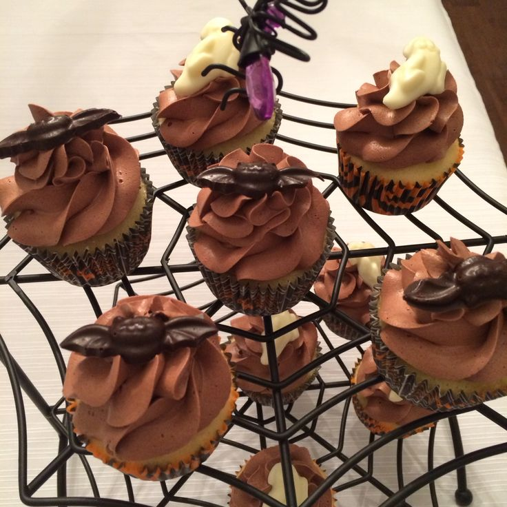 Vanilla cupcakes with chocolate frosting and chocolate bats