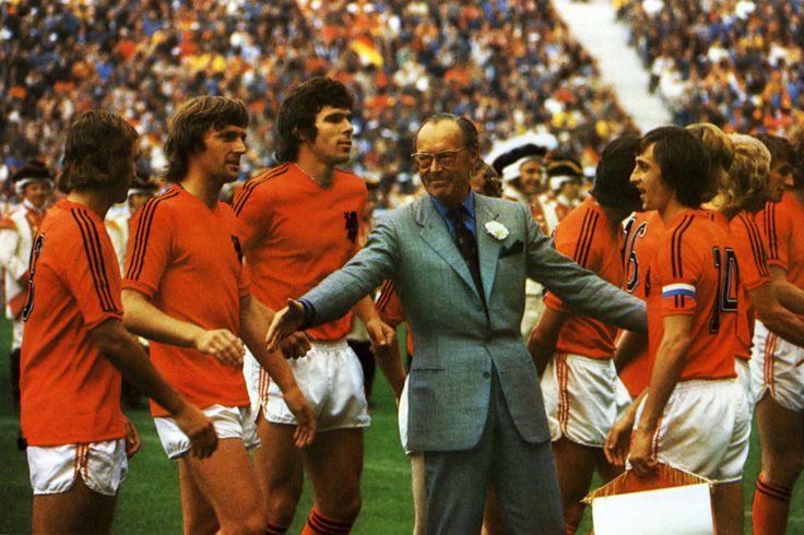 Le prince Bernhard avec la Oranje : Neeskens, Krol, Van Hanegem et Cruyff (WM 74).