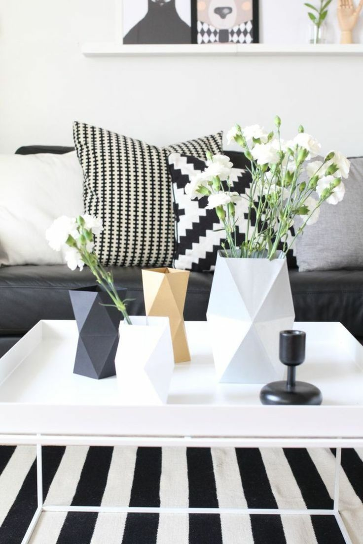 Wohnzimmertisch Teppich in Schwarz-Weiß und Deko Vasen