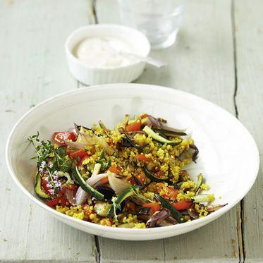 Der vegane Salat besteht aus Blattsalat und Okra