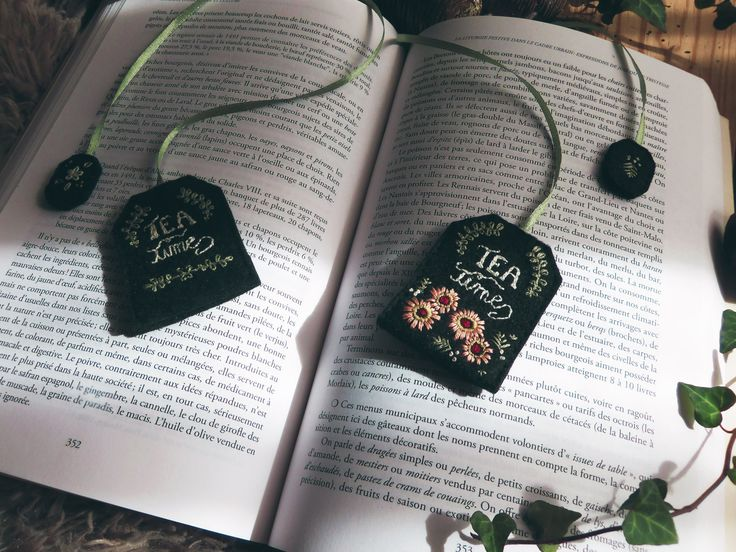 Winter is coming ! Take your plaid and prepare you a cup of tea before reading your favorites novels par Pinnsvin Studio spring flowers #teabag #bookmark #felt #embroidery #broderie #present #cadeau #DIY #design