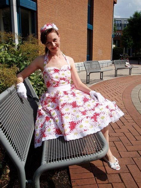 gratis patroon, kreeg het alleen niet gedownload, ik heb Marjolein beloofd een jaren vijftig jurk voor haar te maken als ik klaar ben met de bruidsmeisjes jurkjes voor Regien.