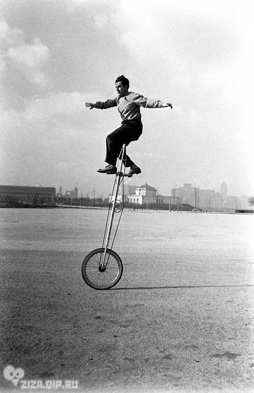 Удивительные ретро-велосипеды. Чикаго, 1948 г. Согласно словарю Вебстера велосипед – «это легкое средство передвижения с двумя колесами, расположенными друг за другом».