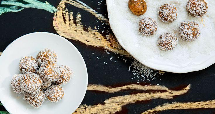 Älskar du morotskaka? Tänkte väl det. Då kommer du att bli fullkomligt förälskad i de här bollarna. Nyttiga är de också, men det behöver vi inte säga. Bara ät och njut.