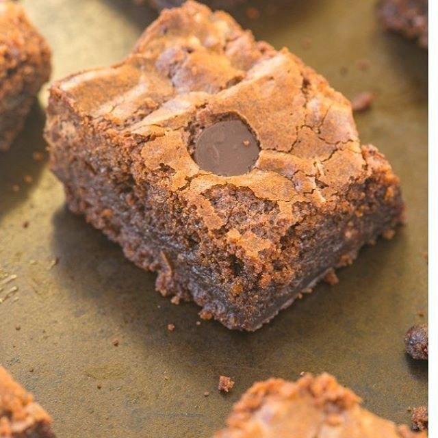Brownie   ingredientes: 3 bananas maduras (sustituye por 1 taza de puré de batata o 1 taza de puré de calabaza  1/2 taza de mantequilla de mani o de almendras  1/4 taza de cacao en polvo  1-2 cucharadas yogurt natural . Chispas de chocolate al gusto  Preparación :  Precaliente el horno los 350 grados F . engrase un molde y reservar  En un tazón pequeño apto para  microondas o estufa, derrita la mantequilla de su elección .  En una licuadora o procesador de alimentos, o con las manos…