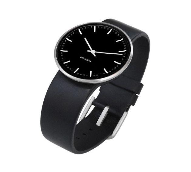 Arne Jacobsen uret City Hall - med sort rem og sort skive. Et tidsløst og flot ur!