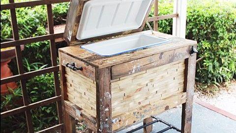 How to Build a Rustic Cooler Box   DIY Joy Projects and Crafts Ideas http://diyjoy.com/diy-pallet-furniture-ideas-rustic-cooler-box