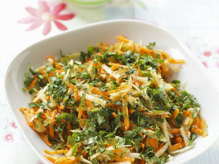 Dieser Salat ist eine wahre Geschmacksexplosion und so lecker! Karotten-Sellerie-Salat mit Petersilie - smarter - Zeit: 15 Min. | eatsmarter.de