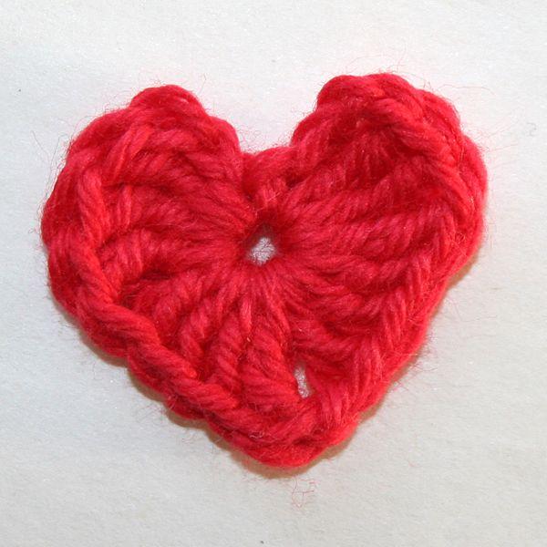 På lördag är det Alla Hjärtans Dag! Därför bjuder vi hela denna vecka på hjärtefina mönster som du kan göra att ge till någon kär vän. Först ut har vi …