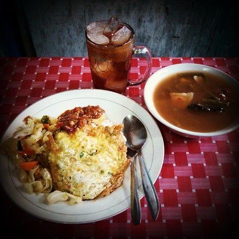 "Indonesian Food  egg grill + mixed cooked vegetables + sayur asem (sour veg soup) + sambal terasi (Dried shrimp chili sauce) + Iced sweet black tea! I got a nice lunch! really enjoy this delicacy. 『インドネシア料理』美味しね!印式綜合飯菜。この私昨日の午餐。印尼料理【白飯+主菜:""煎蛋+印式什錦菜""+湯:""印式酸甜湯""+醬料:""辣蝦醬-印式辣椒醬""】這食物都是手工製做的,無加任何防腐劑的食品!新鮮,健康而且好好吃哦!那杯飲料是冰甜紅茶。真是口福了!"