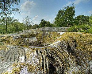 Rien n'est comparable au magnifique cairn de l'île de Gavrinis (Morbihan, Bretagne) dont les dalles constituant les parois d'un long couloir sont ornées de cercles concentriques. Le site de Gavrinis dont la construction a été datée vers 4000 ans av. J.-C. (néolithique) [1] n'a pas son équivalent. Gavrinis.jpg Gavrinis : le pilier n° 9 Source de limage : Gavrinis - Guides archéologiques de la France - Ministère de la Culture / Imprimerie Nationale in www.quatuor.org/art_b22_01