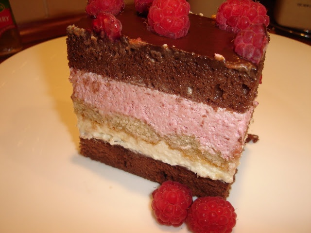 Naina's kitchen: Tort cu mousse de zmeura si ciocolata alba recipe