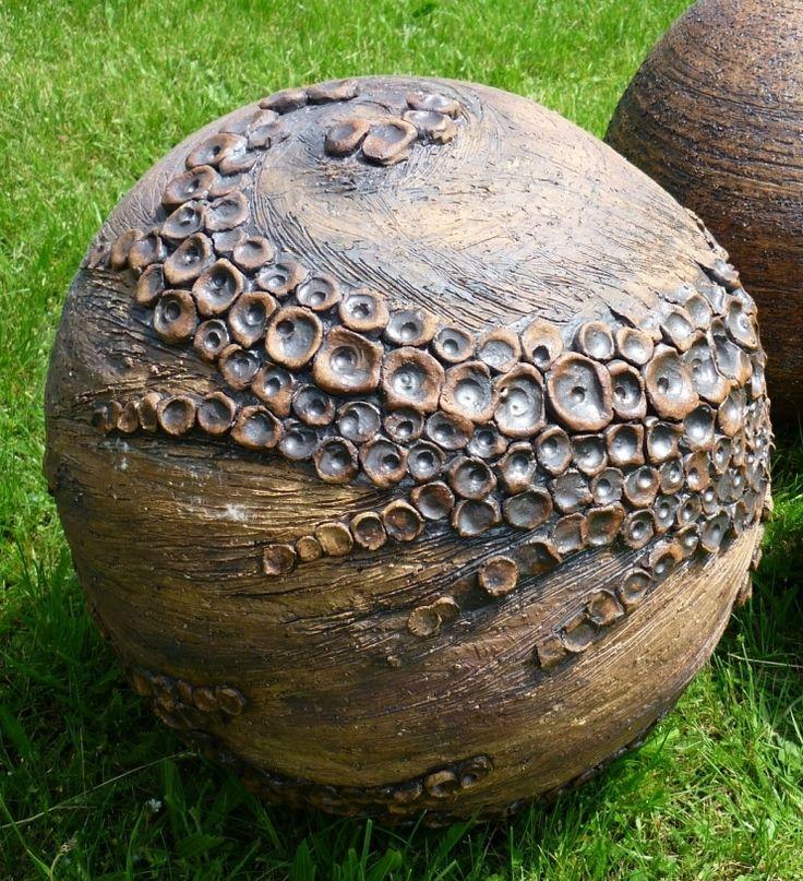 Dekorace+do+zahrady+-+koule-+30cm+koule-+průměr+27-30cm+Všechny+moje+kouličky,+které+nabízím+jsou+vysoce+páleny+na+1180C.+Každá+z+nich+je+vytvořena+ručně+na+hrnčířském+kruhu,+bez+použití+forem,+proto+každá,+kterou+pro+vás+udělám+je+originál+a+může+se+lehce+lišit+od+fotografie-+což+si+myslím+že+je+u+ručních+prací+úžasná+věc.+Nikdo+jiný+totiž+nebude+mít+...