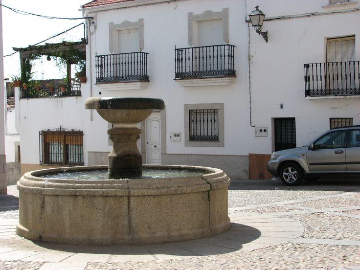 Otro bonito rincón de Cañaveral. La fuente junto a la iglesia de Santa Marina.