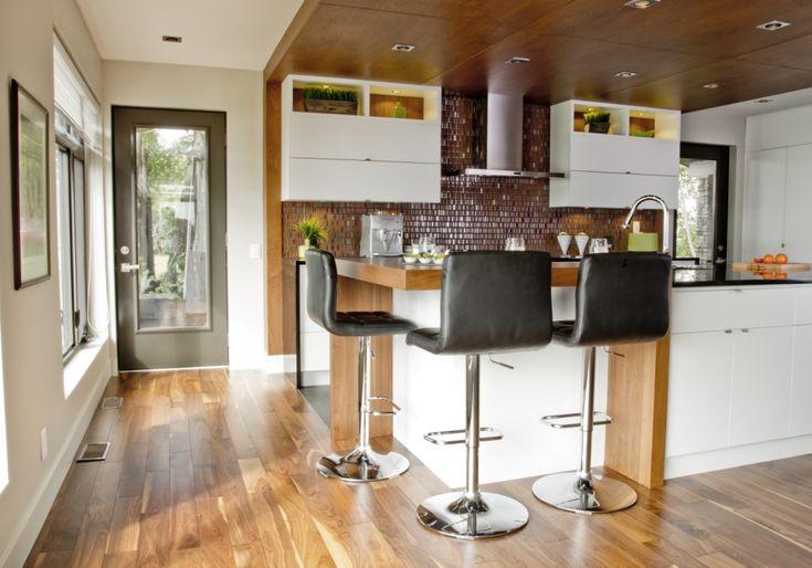 îlot et armoires de cuisine en mdf laqué, retombée et comptoir-lunch en noyer. Comptoir en quartz.