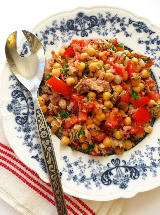 Tuna, Chickpea and Tomato Salad. A healthy salad with a garlic and lemon dressing. Perfect for a quick and easy lunch!