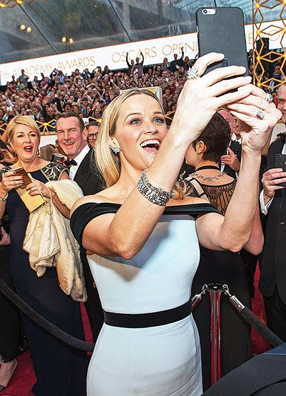 Reese Witherspoon taking a selfie at the 2015 Academy Awards #Oscars2015