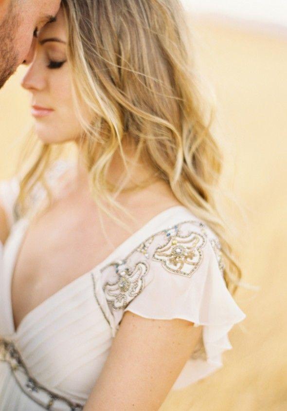 Vestido de noiva simples com pedraria no busto e mangas. Look de noiva, vestido de noiva, bridal gown, bride.