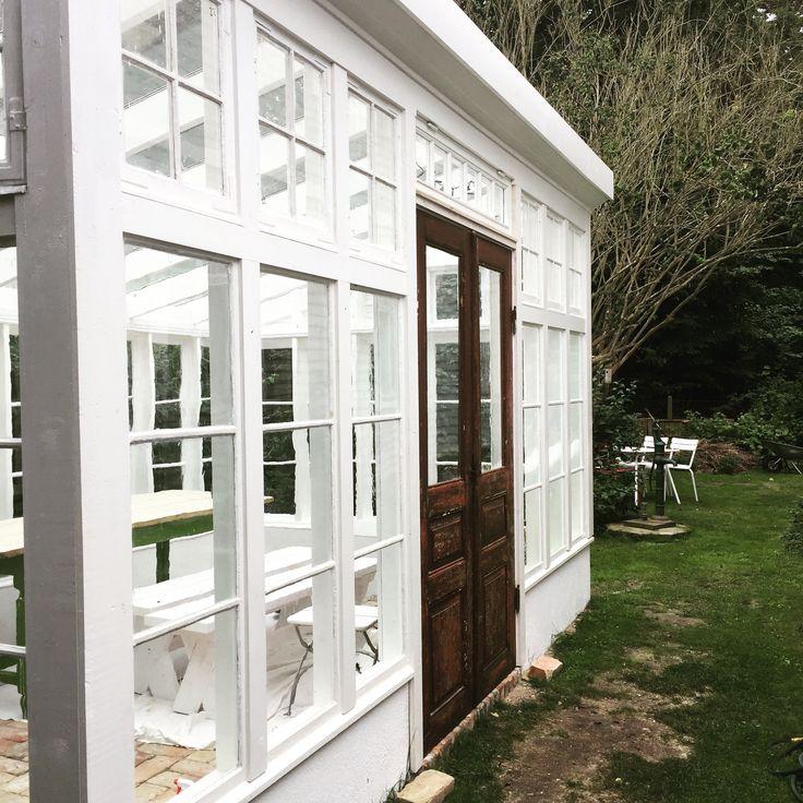 Växthus byggt av gamla fönster målat i linolja. #växthus