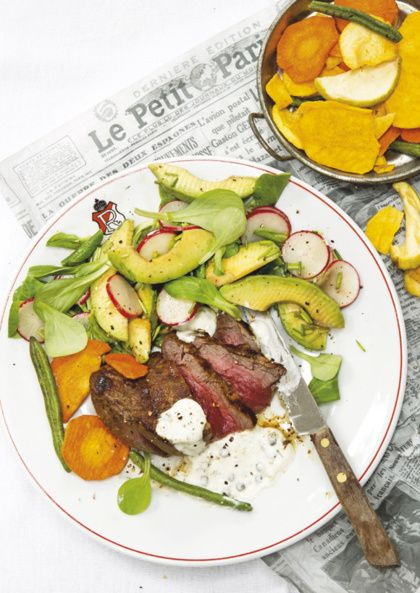 Recept voor biefstuk met pepersaus, groentechips en avocadosalade