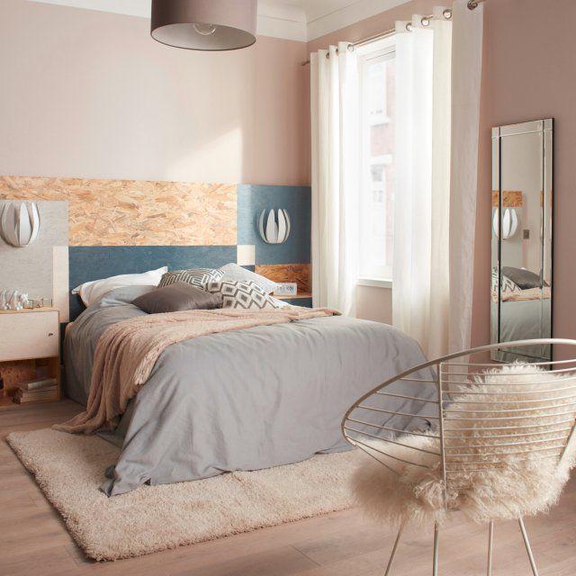 Des matériaux chaleureux pour une chambre ultra cosy. Un tapis confortable, une peau de bête sur une chaise, des couleurs douces et épurées et le tour est joué pour une déco ultra cosy dans une chambre à coucher. La tête de lit en bois naturel clairsemée de touches bleu pétrole, apporte profondeur et originalité à la pièce.